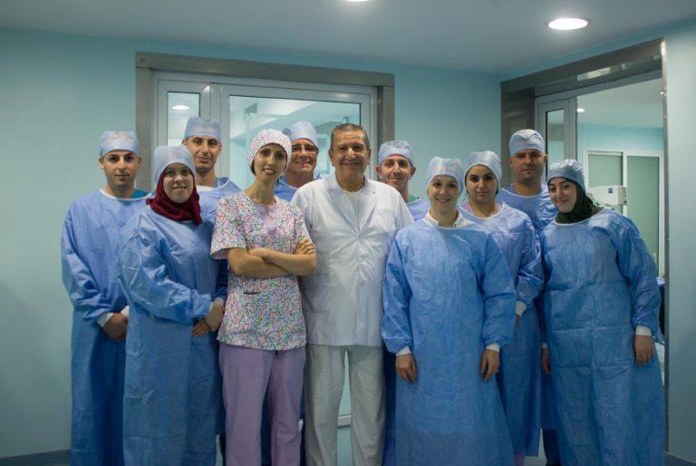 Equipe de chirurgien ophtalmologique